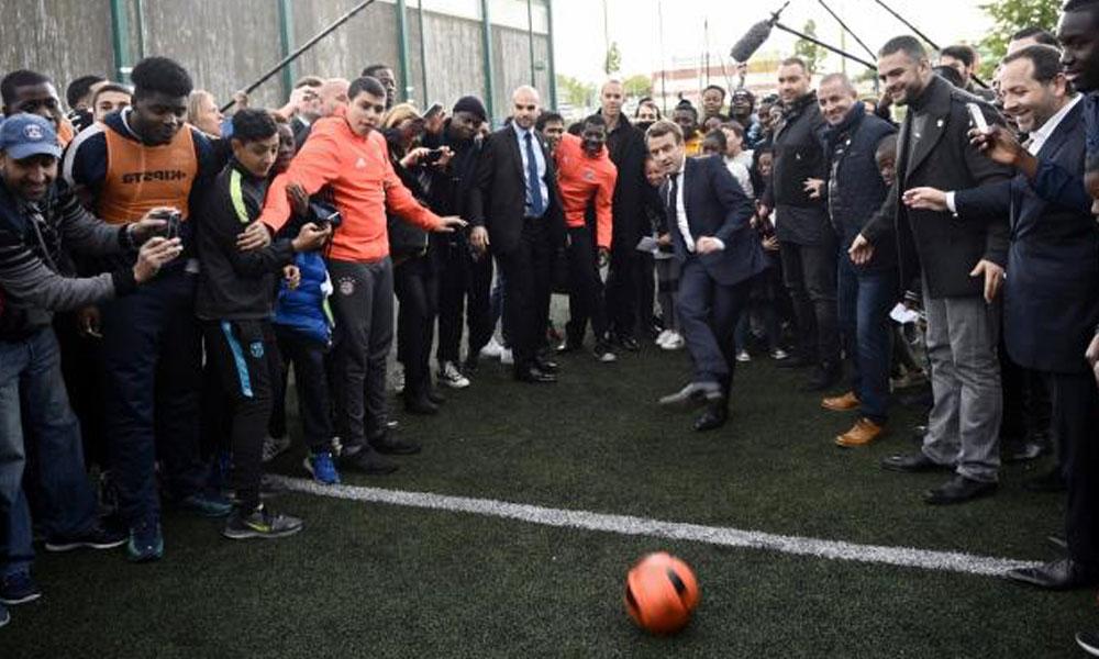 Emmanuel-Macron-marque-un-penalty-litigieux
